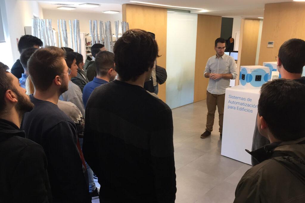 visita estudiantes de la uib a robot
